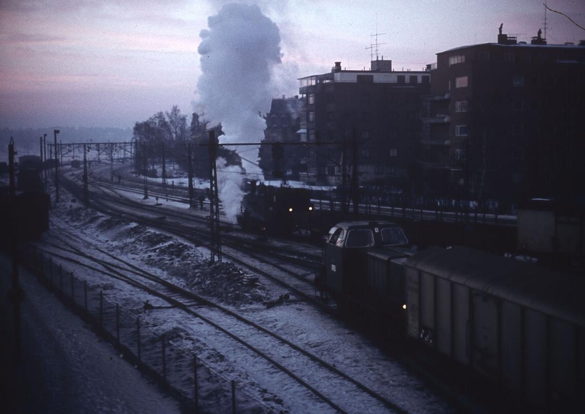 Skifting på Filipstad med damplok type 25d, trolig nr 420, og diesellok type Di 2