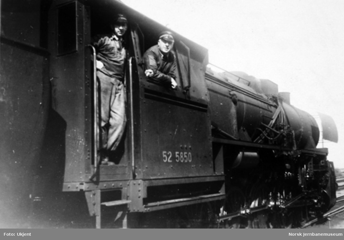 Lokomotivfører Emil Andersen med ukjent fyrbøter på damplokomotiv type 63a nr. 52 5850