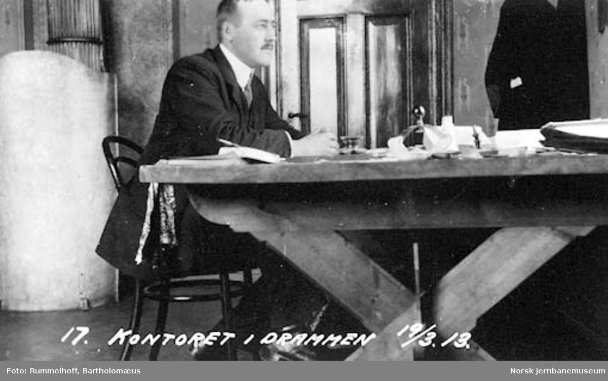 Assistentingeniør Ystgaard på jernbanens kontor i Drammen
