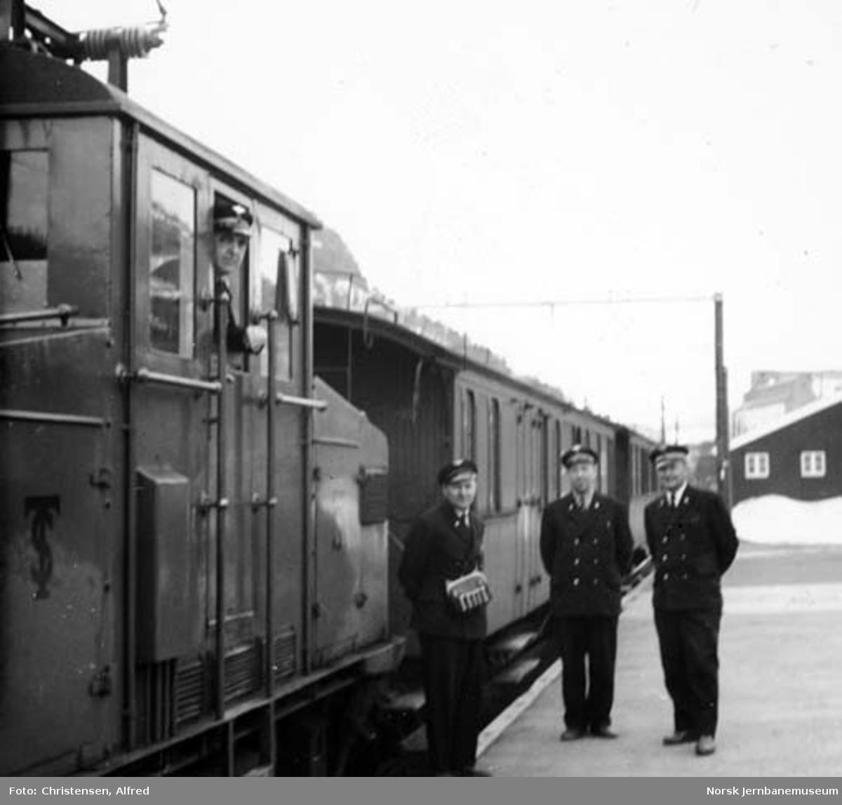 Persontog og togbetjening på Løkken stasjon : elektrisk lokomotiv nr. 5