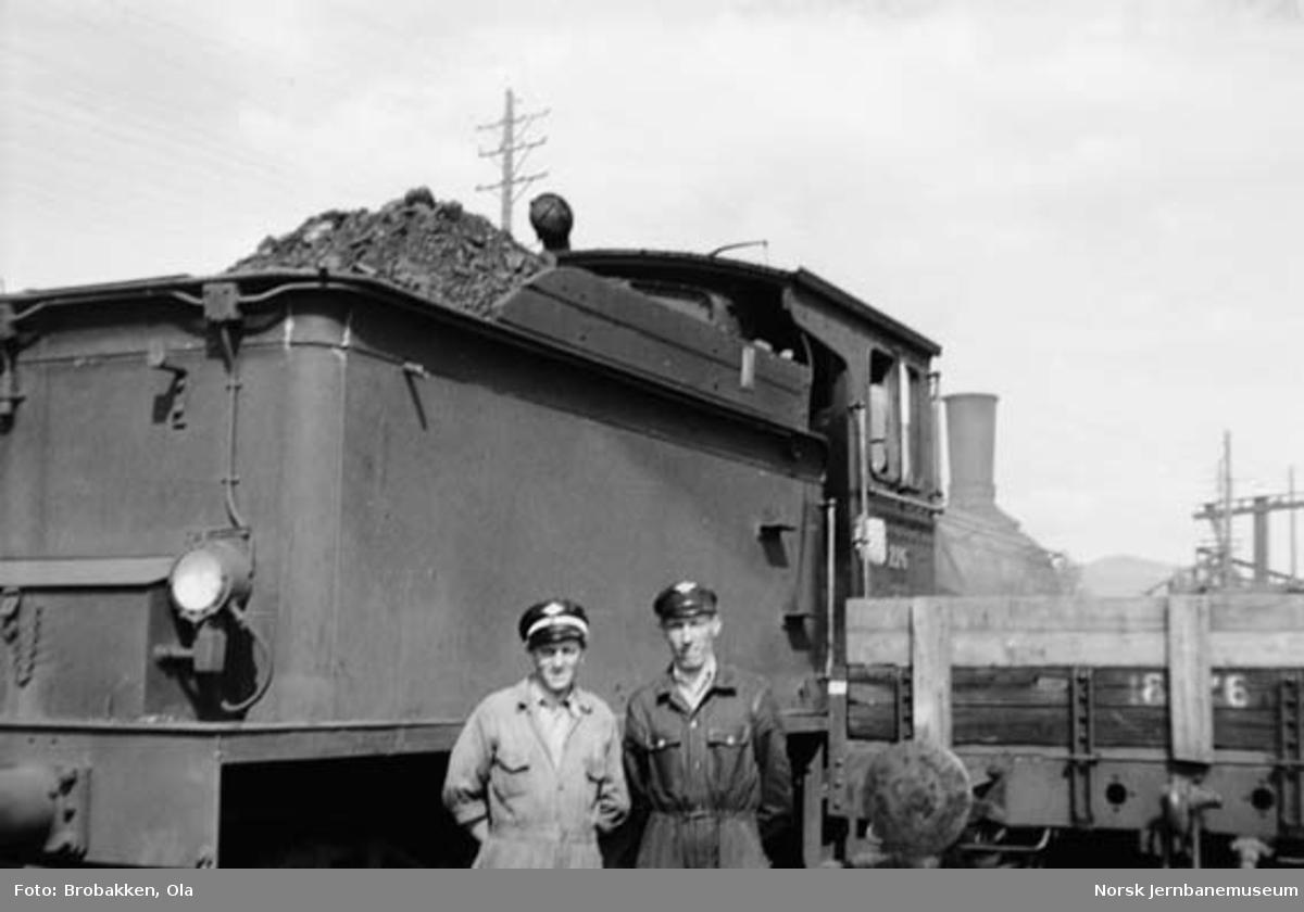 Alfred Øyen og Ola Brobakken foran damplokomotiv nr. 226 på Koppang stasjon
