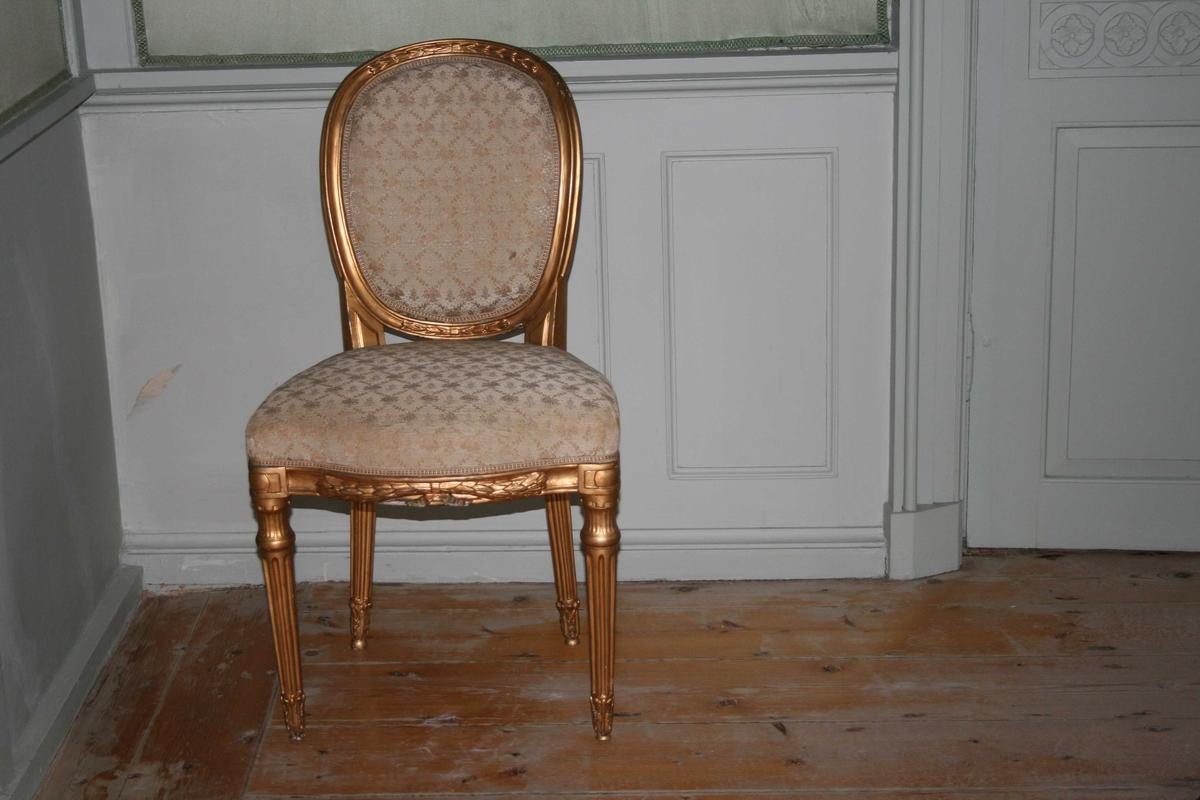 Forgylt stol, med oval rygg, kanelerte bein. Trukket med mønstret trekk i en beige-rosa farge. Louis seize. En av to like stoler.
