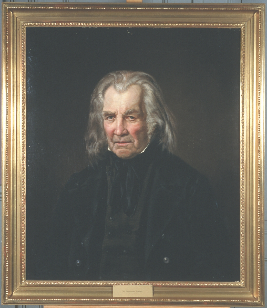 Portrett av Ole Rasmussen Apenes. Mørk drakt, brunsvart vest.