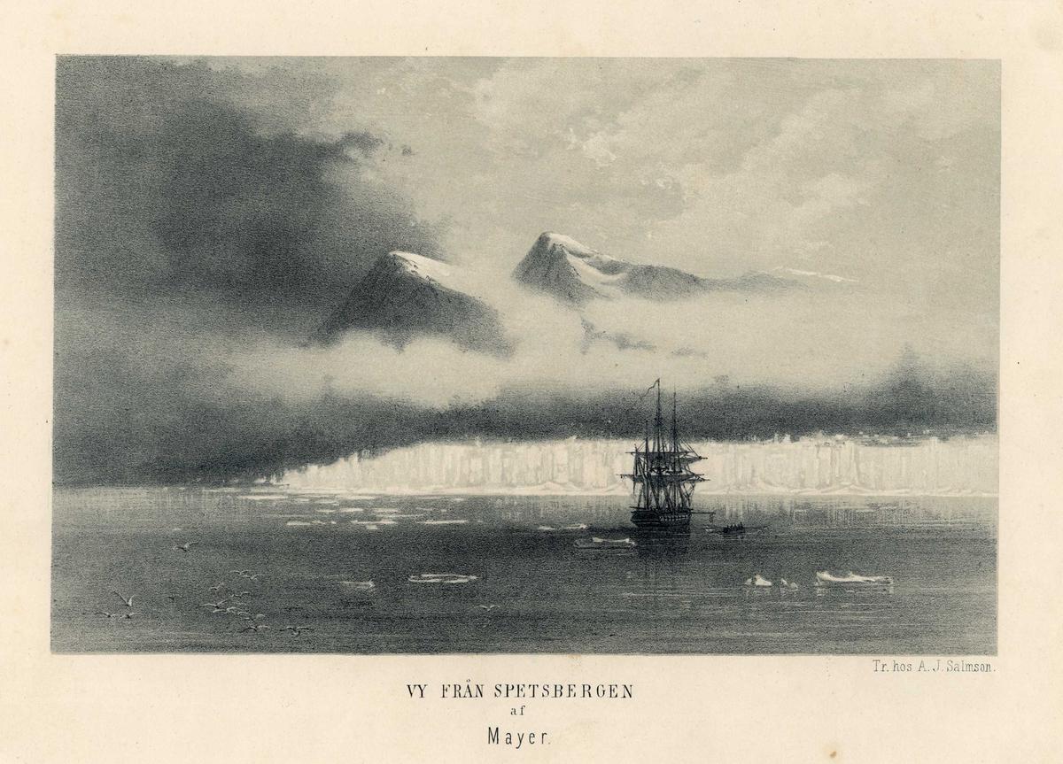 Landskapsbilde fra Spitsbergen med sjø, fjell, is og seilskute
