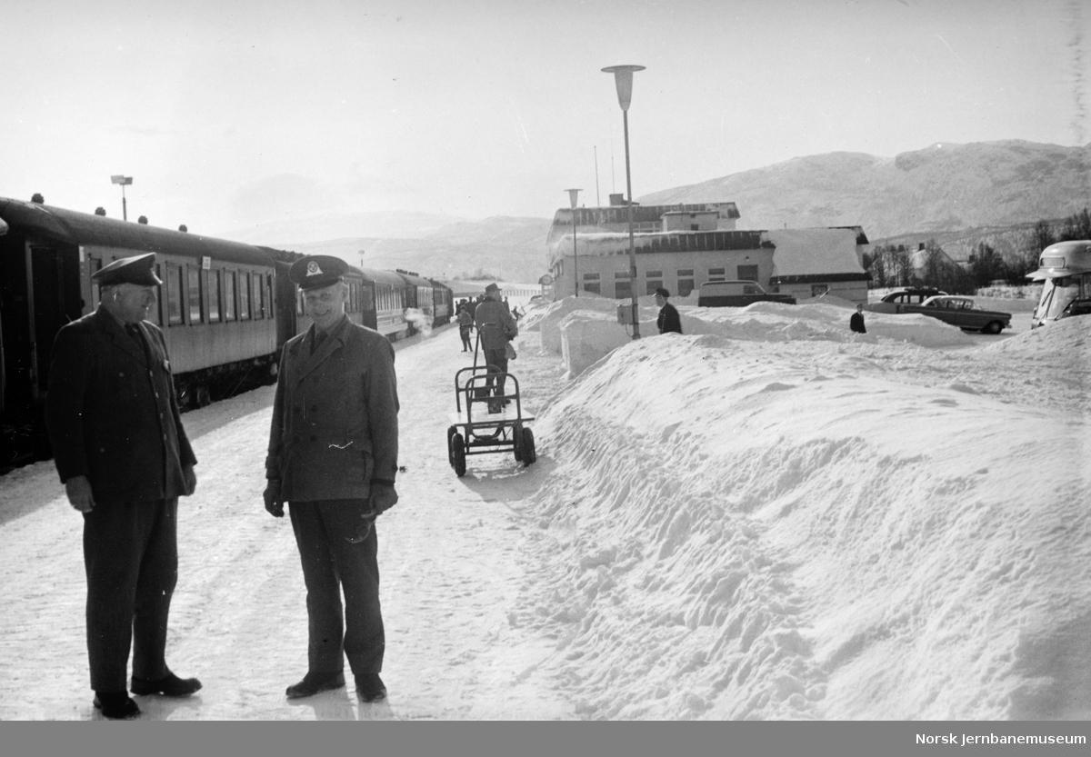 Fauske stasjon : ankommet nattog med to menn fra postverket i forgrunnen