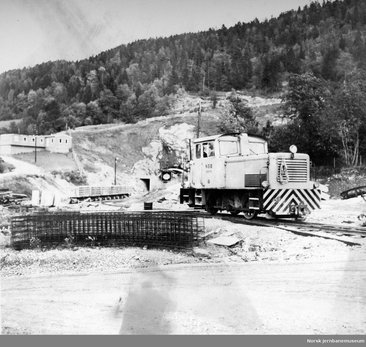 Anlegget av Lieråsen tunnel, anleggets skiftetraktor nr. 33-57-01 på Liersiden