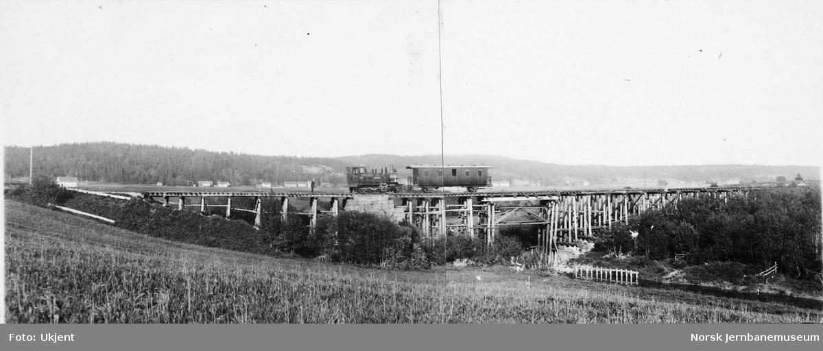 """Valle bru på Tønsberg-Eidsfossbanen : befaringstog med damplokomotivet HVB nr. 1 """"Holmestrand"""" og en 3. klasse-vogn"""