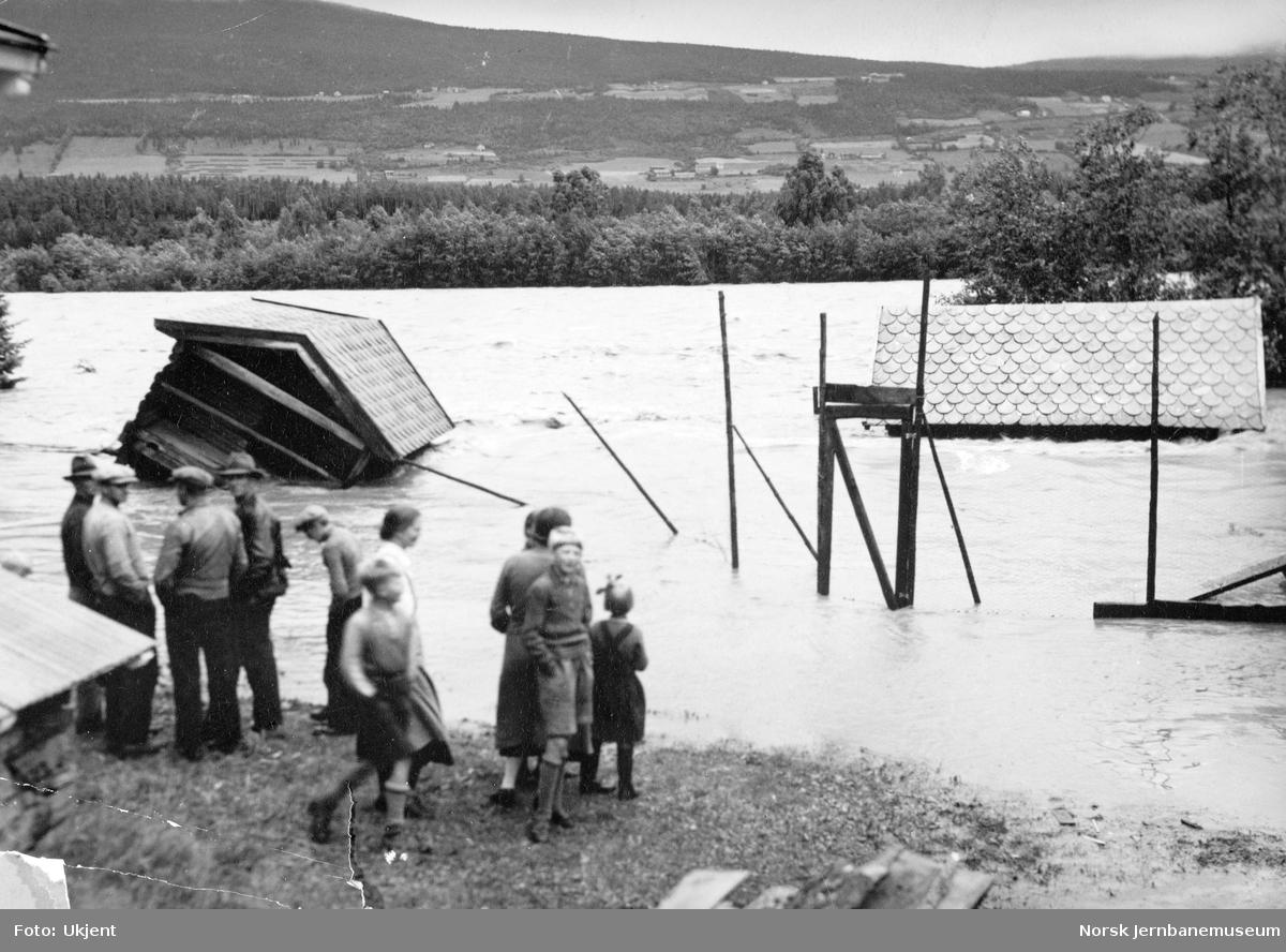 Flommen i 1938 : hus i elva ved Vinstra