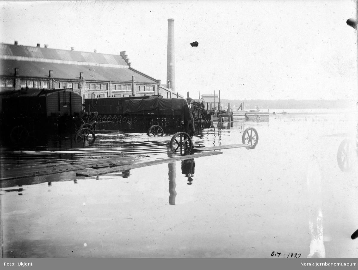 Flommen i 1927 : NSBs verksted Hamar, vannstand 8,10 meter, ved vogntraversen