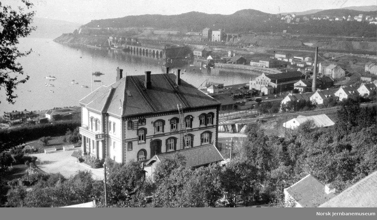 Jernbanens administrasjonsbygning i Narvik med utsikt mot LKAB-anleggene