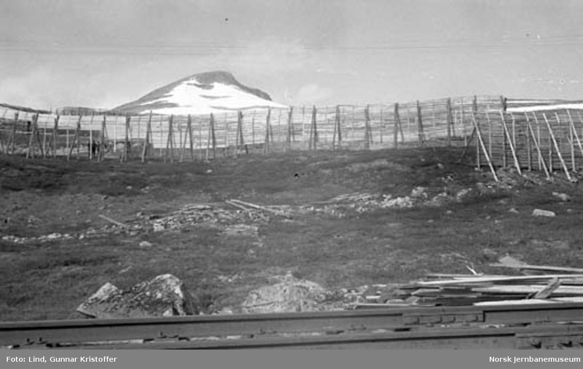 Nordlandsbaneanlegget : snøskjermer under bygging