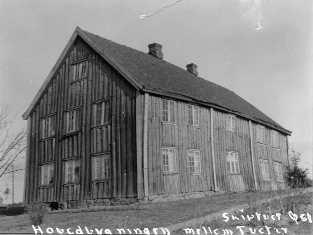 Tveiter, Mellom, Skiptvet, Østfold. Stort, grått våningshus.