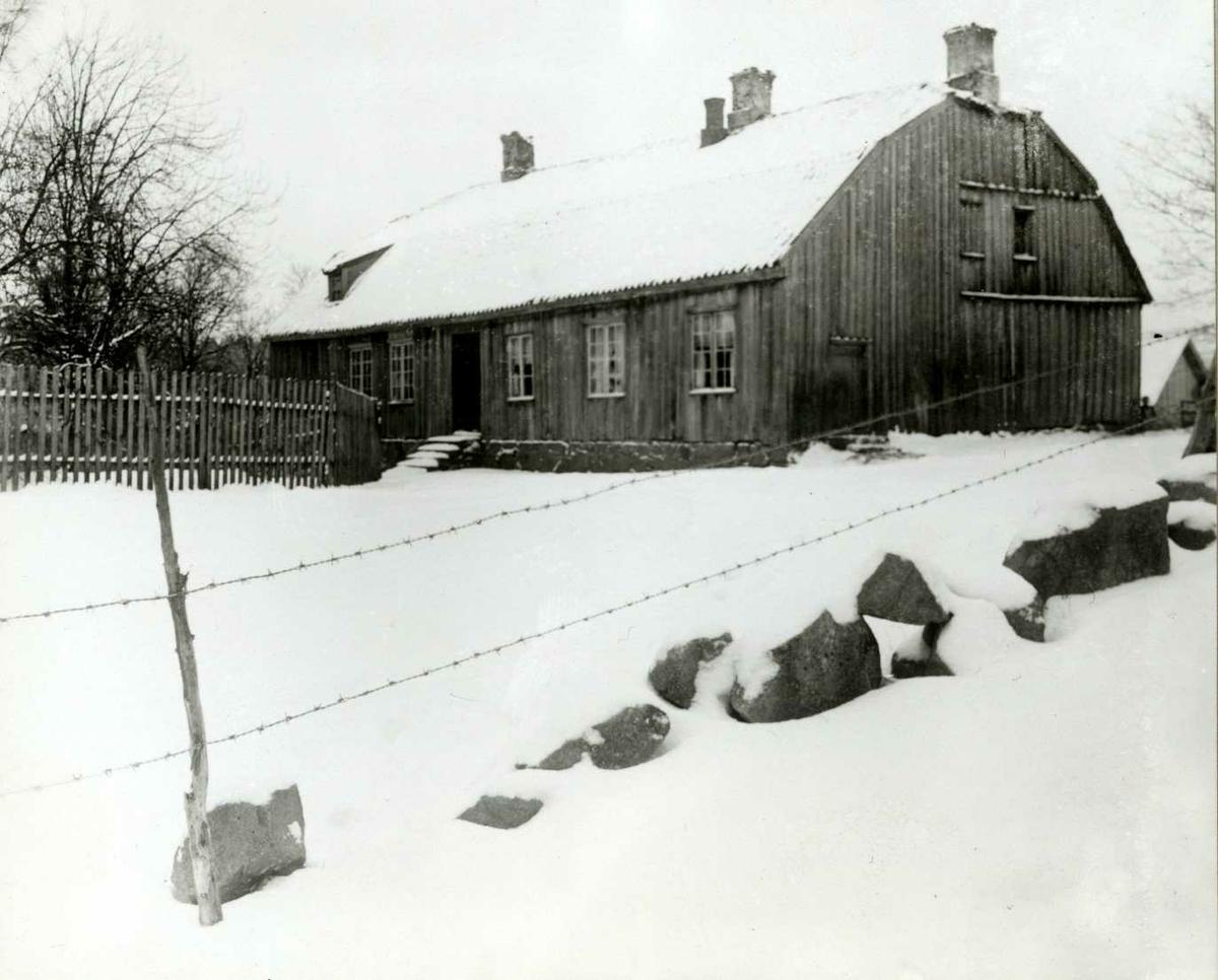 Herrebøe fajansefabrikk, Idd, Halden, Østfold. Trehus med snø.