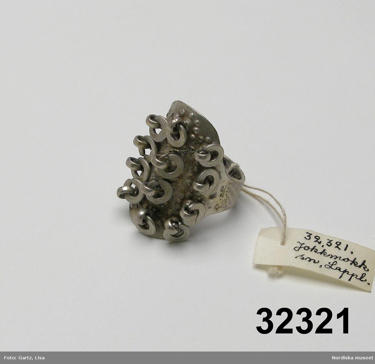 """Huvudliggaren: """"Ring fr. Jokkmokks sn. Lule fgd. Lappland. Af silfver. Ink. af major V. Stål i Stockh. jämte 32.318-32.325. 1/7 1882."""""""