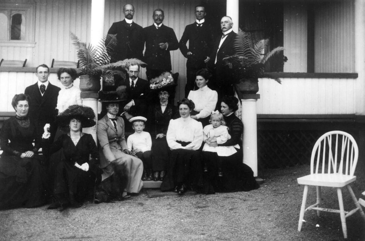 Kongefamilien ant. 1909 g. Løkenes, Asker, Akershus. Fotografert hos hoffsjef Frits Rustad og hans kone Marie på Løkenes gård. Tilstede er også hoffsjefens døtre og hans sønn Carl med kone Bergliot (bakerst til venstre)