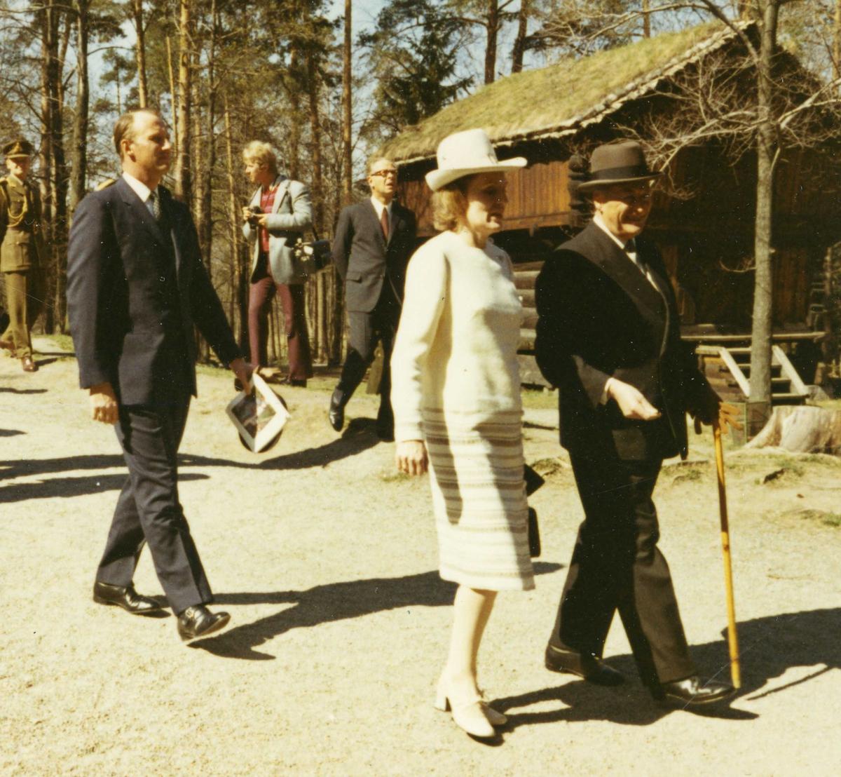 Islands president besøker NF 4/5 1971. Kong Olav, Kronprins Harald og presidentfruen foran Berdalsloftet.