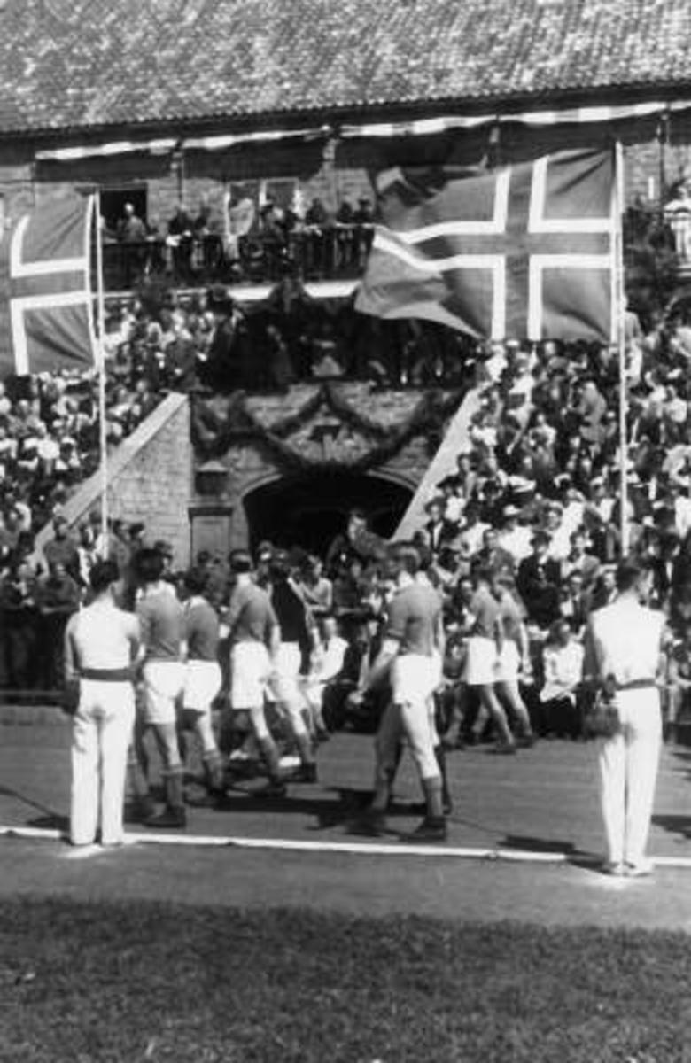 Fra Oslo under fredsdagene i 1945. Idrettens Dag på Bislett Stadion 3.juni. Idrettsmenn marsjerer på den oppmerkede banen.