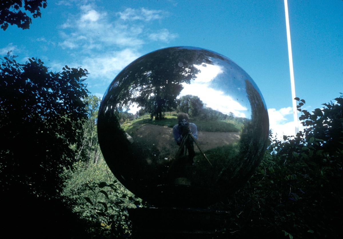Speilkule i parken på Nes Verk.