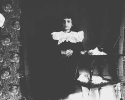 Karen Q.Wiborg står ved et bord, Munkedamsveien 3, Oslo, 190