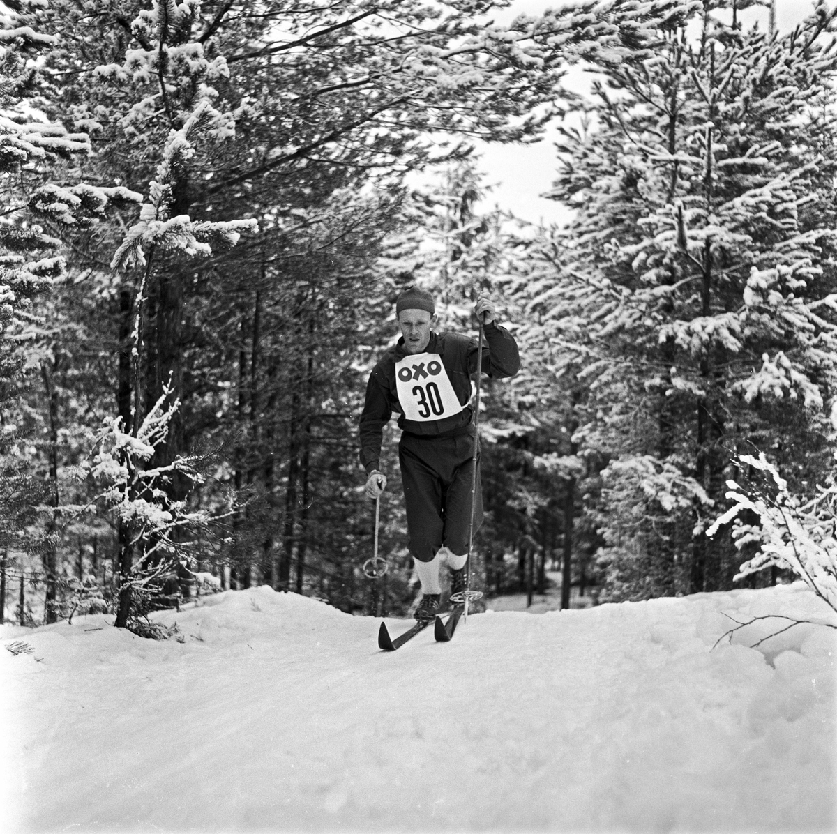 Serie. Skiløperen Håkon Brusveen, bl. under et langrenn på Lillehammer (nr.45 på brystet) i 1958, og 30km i NM (nr. 30) i 1960.  Fotografert 1958-60.