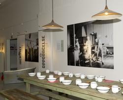 Utstillingsplakater med bilder fra Bastøy skolehjem. Lamper,