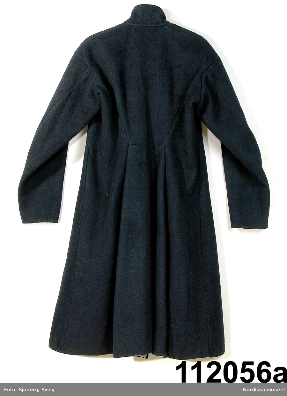 """Mansdräkt från Floda sn bestående av: a. blå vadmalsrock """"blåtröja"""" b. knäbyxor av sämskskinn, längd bak 90 cm, luckans br: 28 cm c. väst av mörkblått kläde, längd bak 42 cm, fram 37 cm, d. 1-2 ärmmuddar e. strumpor f. strumpeband,  g. skjorta,  h. nattkappa  Bilaga: Finns ej.  Katalogkort: g: """"Skjorta. Längd: 102 cm. Axelbredd: 65 cm. Rakskuren. Hela framstycket av hellinne, ryggstycket av halvlinne. Ett 26. cm långt sprund framtill med ett veck, som döljer sprundet. 2 knapphål och 2 vita porslinsknappar. Skjortan rynkad vid kragen, vilken är 46 cm. lång och 9,5 cm. bred. Ett 9 cm långt sprund nedtill i varje sida. Ärmens längd 58 cm., vidd 49 cm. med spjäll. Ärmen nedtill rynkad vid den 3,7 cm. breda, med rätlinjig plattsöm broderade linningen. En vit porslinsknapp, ett knapphål.""""  b. Knäbyxor av sämskskinn, 2 fram-och 2 bakstycken midjegjord infodrad med svartrandig bomullskypert, sprund mitt bak, knäppt med 2 mässingsknappar, 4 hängselknappar, lucka av ovanligt slag med dubbla knapprader med 10 mässingsknappar, rikligt ornerade laskningar på luckan och på knäna med stjärnmönster, bensprund med 4 par hakar och hyskor av mässing, benlinningar för knäspännen, knälapp nedhängande.  c.VÄST 2 framstycken av mörkblått kläde, ett bakstycke av randigt bolstervarstyg i bounll i beige, rödbrunt, blått, gult, gråbrunt, gulbrunt och vitt. 2 iskurna fickor med 4,3 cm breda slåar. Dubbelknäppt med 16 svarta knappar och knapphål, en knapp har saknats är nu ersatt med annan knapp. Foder av kyprtat bomullstyg. Berit Eldvik 2004  g: Längd: 102 cm. Längd: 58 cm - ärmlängd. Bredd: 46 cm - krage. Höjd: 9,5 cm - kraghöjd. Vidd: 112 cm. Vidd: 48 cm - ärmvidd. Mansskjorta av kypertvävt linne i framstycket och kypertvävt halvlinne i bakstycket, övergången mellan hel- och halvlinne sker 6 cm nedanför axeln på framstycket. Traditionelll modell med dubbelvikt bålstycke, 9 cm långt sprund i sidorna. Rektangulärt halsspjäll med rynkningar mot krage. Dubbelvikt krage av fint hellinne, 9,5 cm h"""