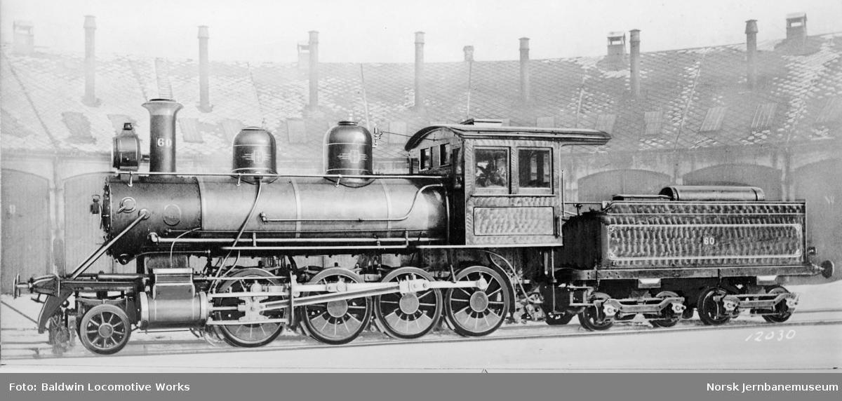 Leveransefoto av Meråkerbanens damplokomotiv type 17a nr. 60 fra Baldwin Locomotive Works utenfor lokomotivstallen på Brattøra