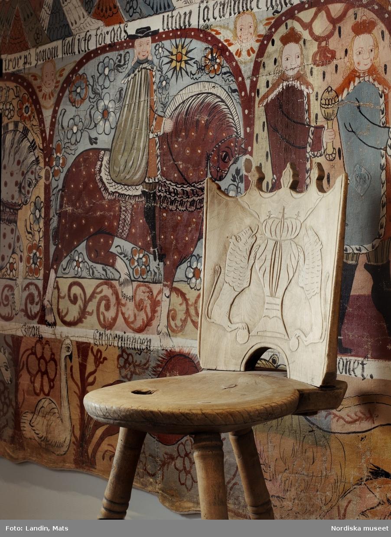 Folkkonst. Bonad föreställande de tre vise männen målad av den sysvenska bonadsmålaren Abraham Clementsson. Stol från södra Sverige med lejon och krona på ryggstödet. Nordiska museets föremål