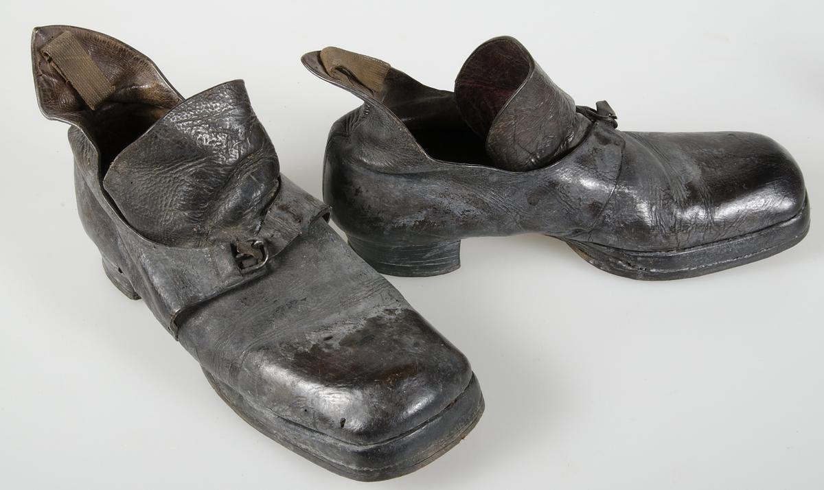 Ett par skor av mörkbrunt läder. Hög kappa bak. Halvsulade med lädersula. 3d173256afbd0