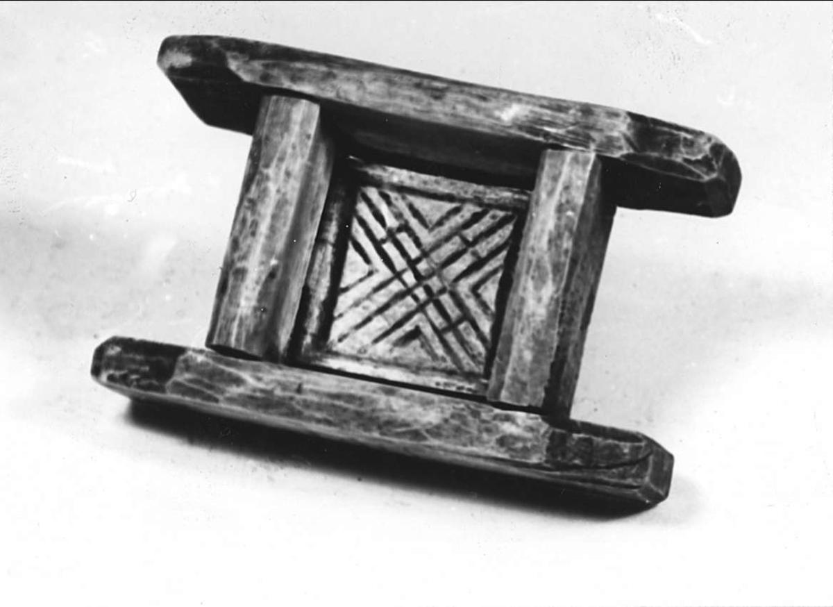 Ostform av trä. Dekorerad med karvsnitt i botten.
