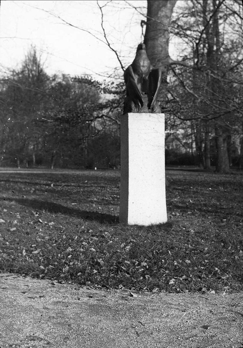 Staty av fågel i park
