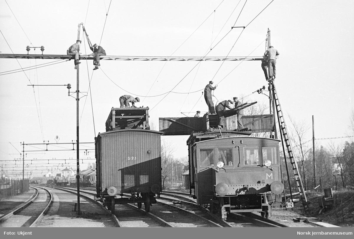 Strømmen stasjon : arbeid med kontaktledning; skiftetraktor type 201 og arbeidsvogn