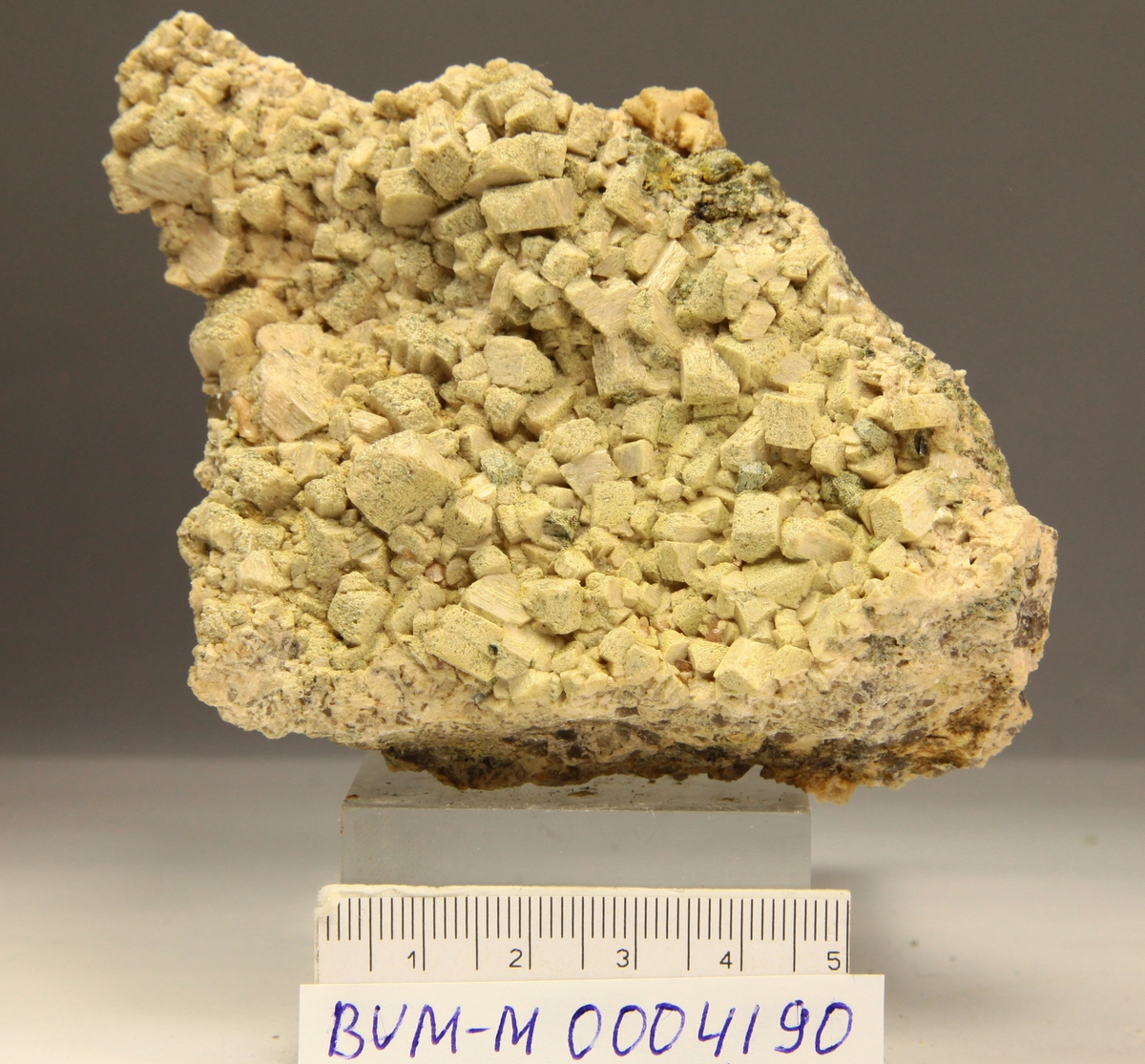 Orthoklas, deler av stor krystall. Juvet pukkverk.