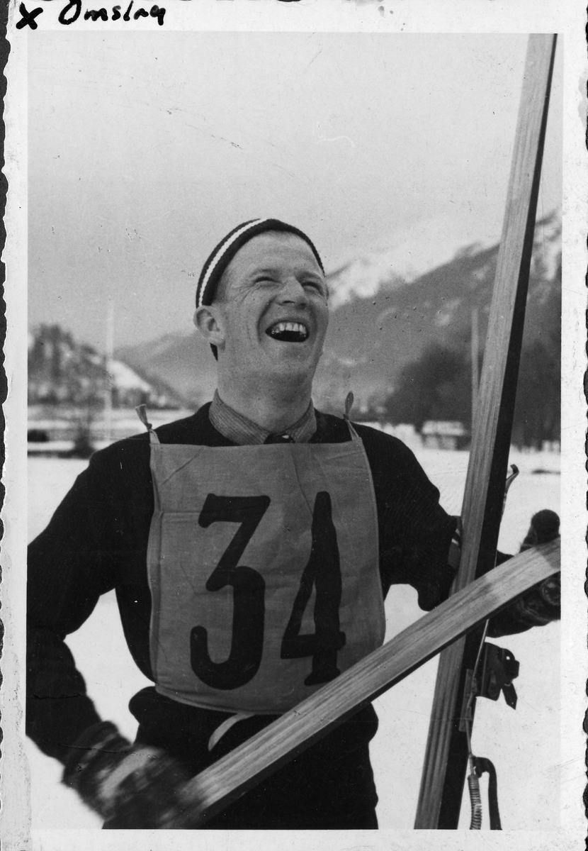 Birger Ruud på sletta i Garmich-Partenkirchen etter OL-seieren i 1936. Birger Ruud after the Olympic victory in 1936.