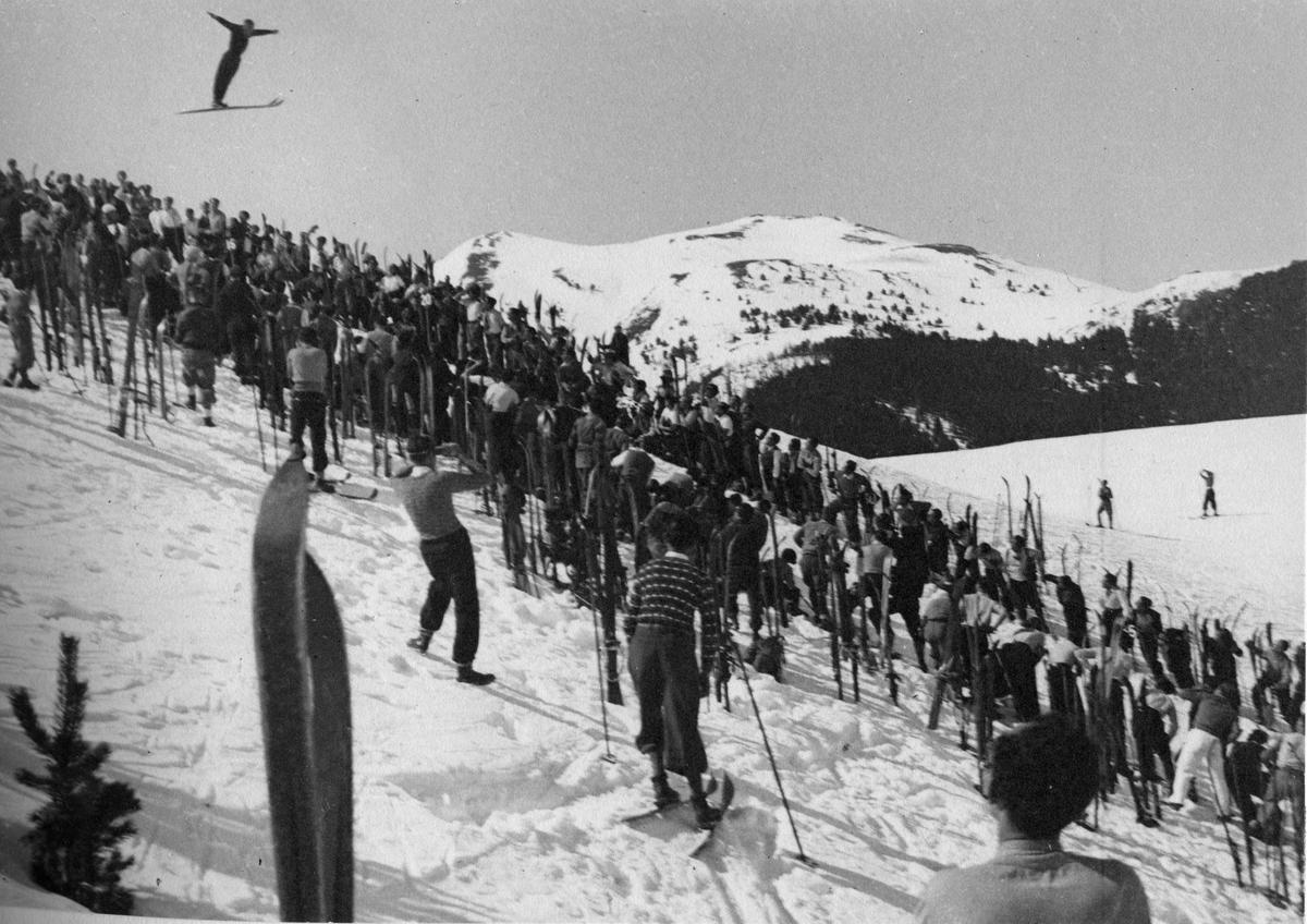 Utsyn over bakken. Sigmund Ruud i svevet. Overview of jumping hill. Sigmund Ruud in action.