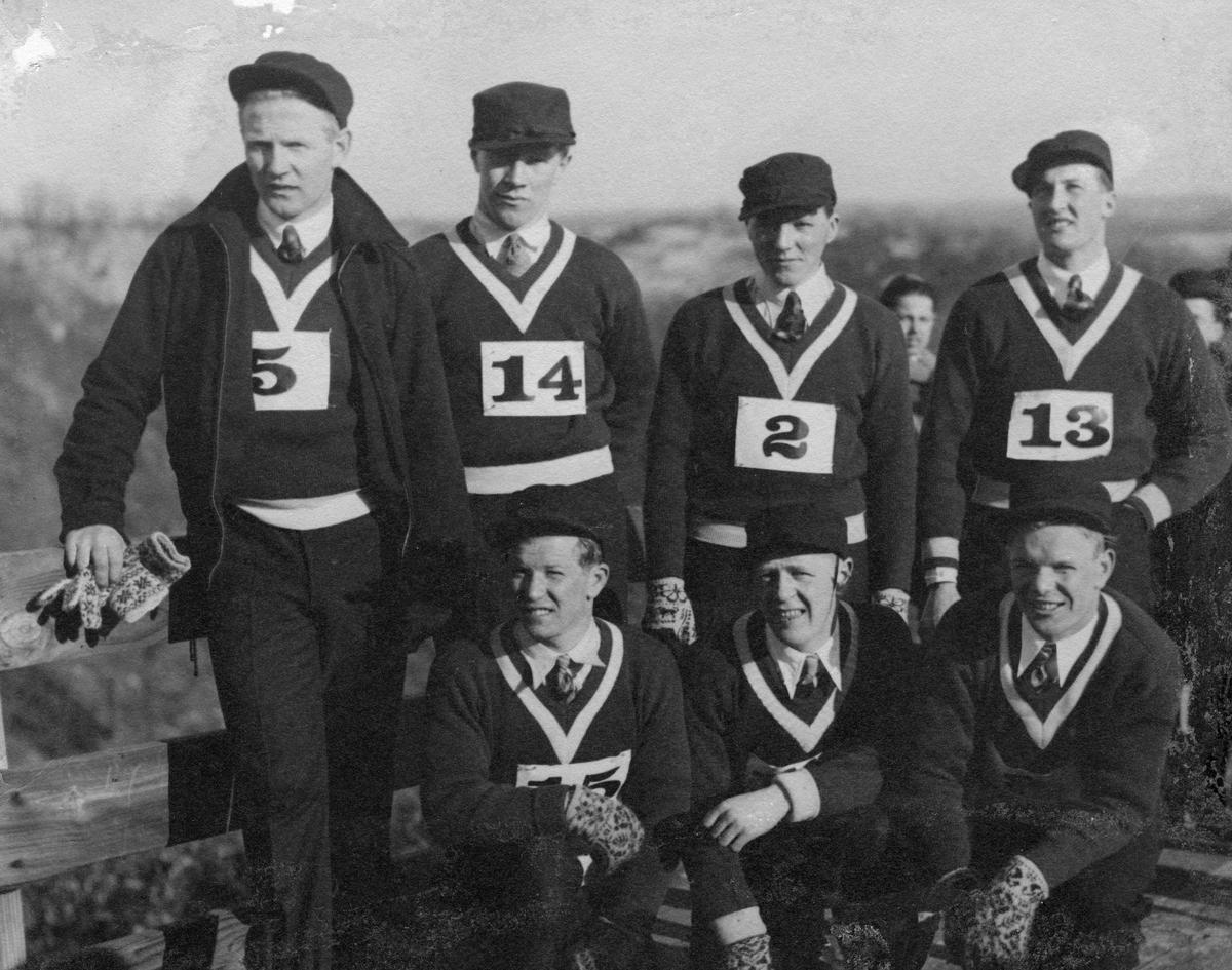 Norske skihoppere klar til innsats i Lake Placid i 1932: Hans Kleppen (5), Hans Beck (14), Sverre Kolterud (2), Reidar Andersen (13). Kåre Wahlberg mellom Birger og Sigmund Ruud. Norwegian skiers ready for jumping competition in Lake Placid in 1932.