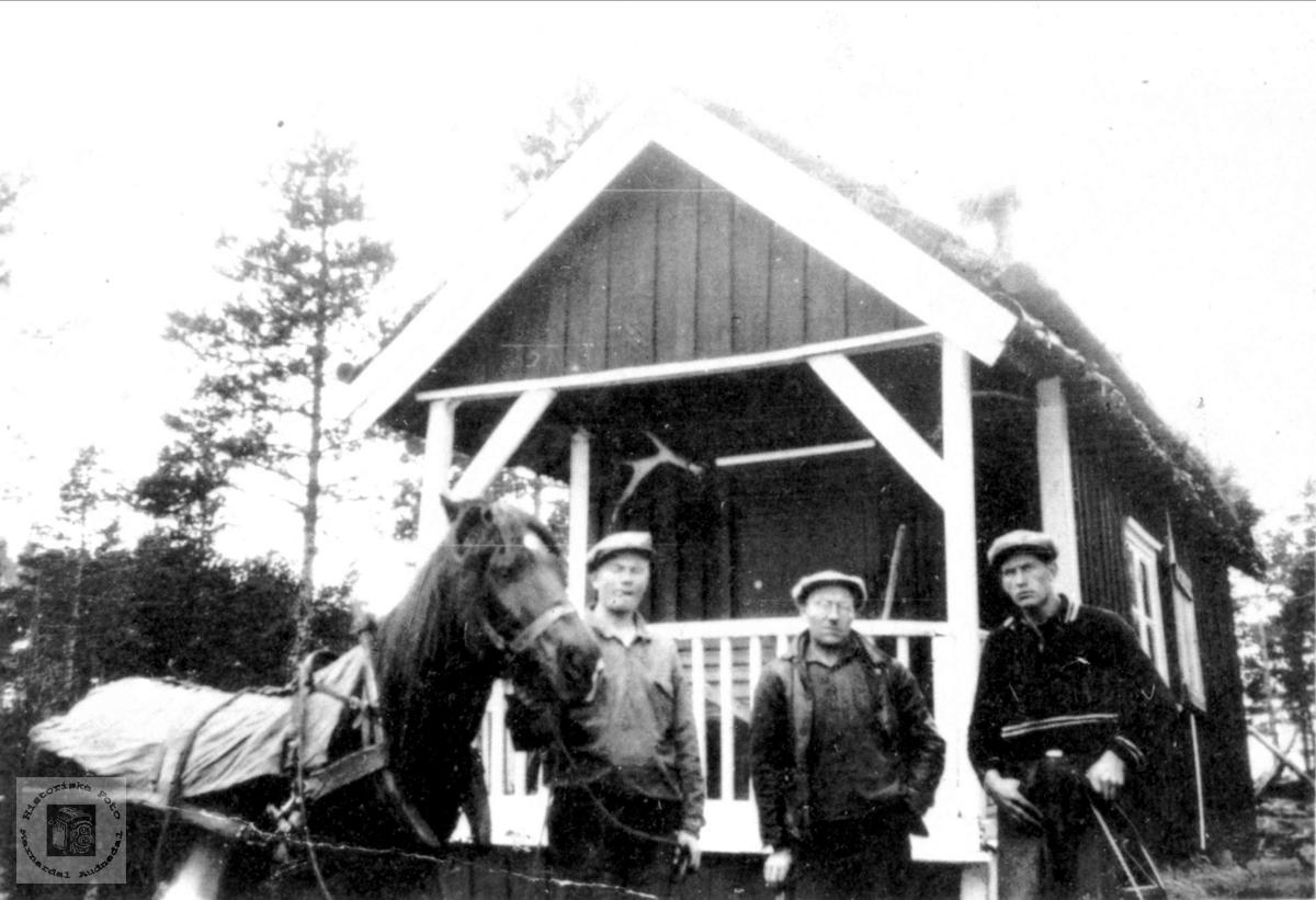Ved hytta til Georg Roland på Dyråsheia, Bjelland.