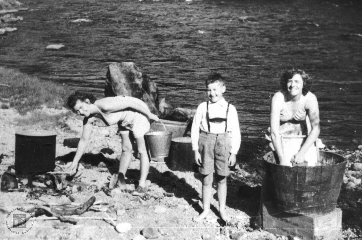 """Klesvask i elva """"Så gjør vi så nå vi vasker vårt tøy"""". Under Berget Laudal."""