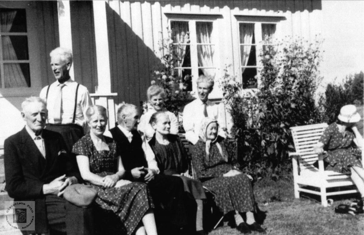 Gruppe. Der heima, Haraldstad, Laudal. Brukerkommentar, januar 2017:  Den lille dama som står bak benken er antakelig Mari Tveite født Haraldstad (1899-1984) som var søster til Inger Frivoll som sitter foran på benken (nr to fra venstre). Brukerkommentar:  Bak til høgre: Torgeir Haraldstad. Dag Svennings bestefar på mors sida. Bak til venstre: Gunleiv Haralstad. NSB Egersund. Thora Haralstad Eikild