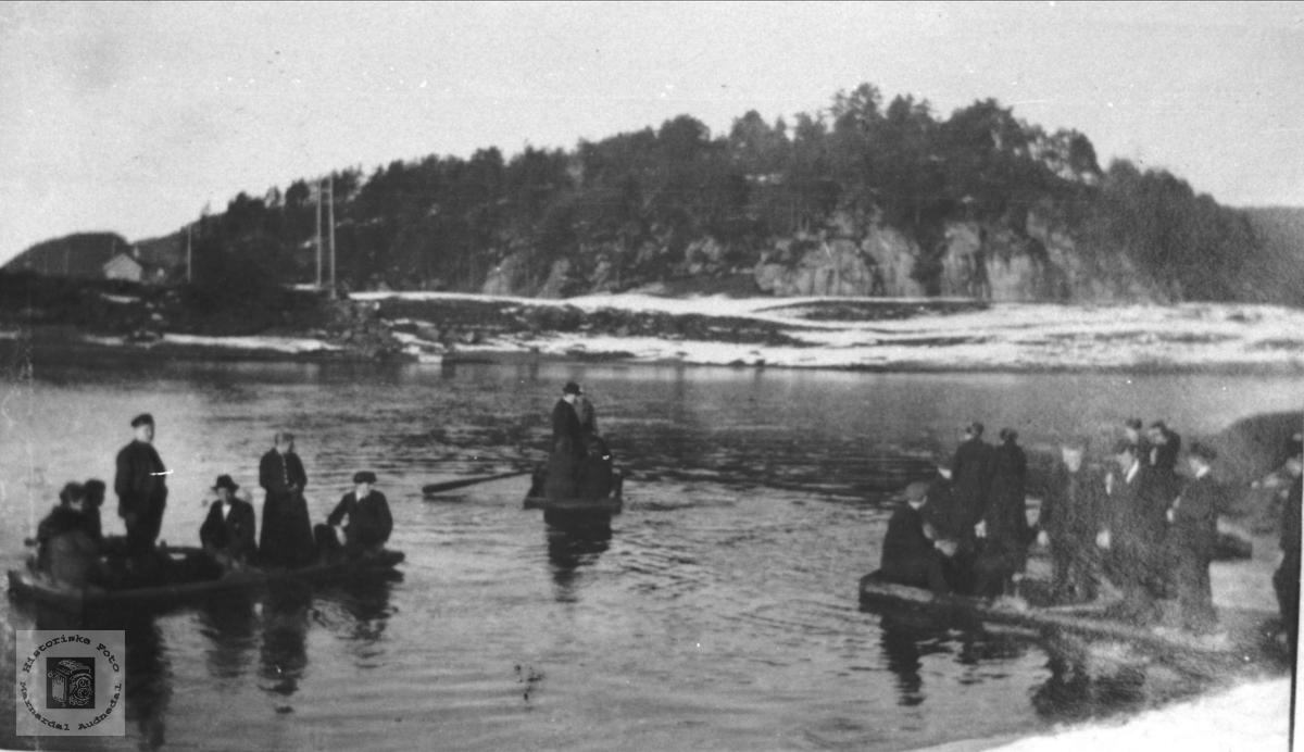 Kirkeferd fra Skaue/Nome over elva. Øyslebø.