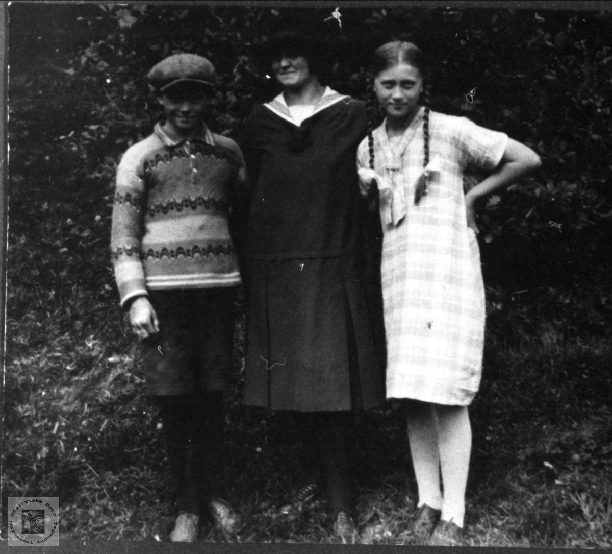 Søsknene Rolv, Ingeborg og Ragna Skjævesland, Øyslebø.
