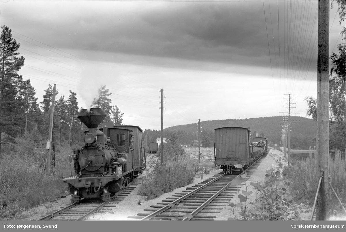 Damplokomotiv nr. 2 med sørgående godstog 5662 skifter på Hanås sidespor