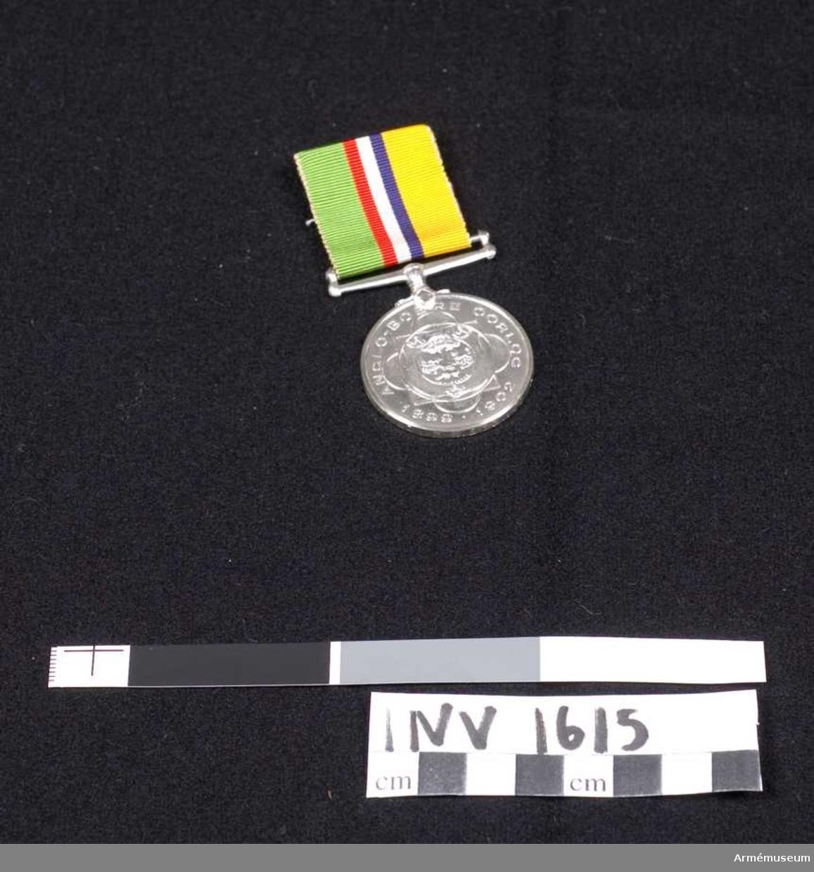 Medaljen skall hänga i det anbringade bandet på vänster sida. Bandets färger är från vänster: grönt-rött-vitt-blått-gult. På framsidan Oranjefristatens vapen, på baksidan Sydafrikanska republikens.