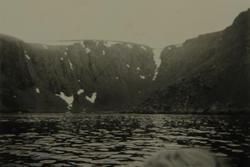 Fjellside sett fra båt