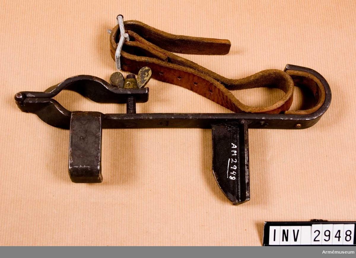 Samhörande nr är 2948-2949.Cykelbeslag t kulsprutelavett m/1936, sats To 3c. Främre.