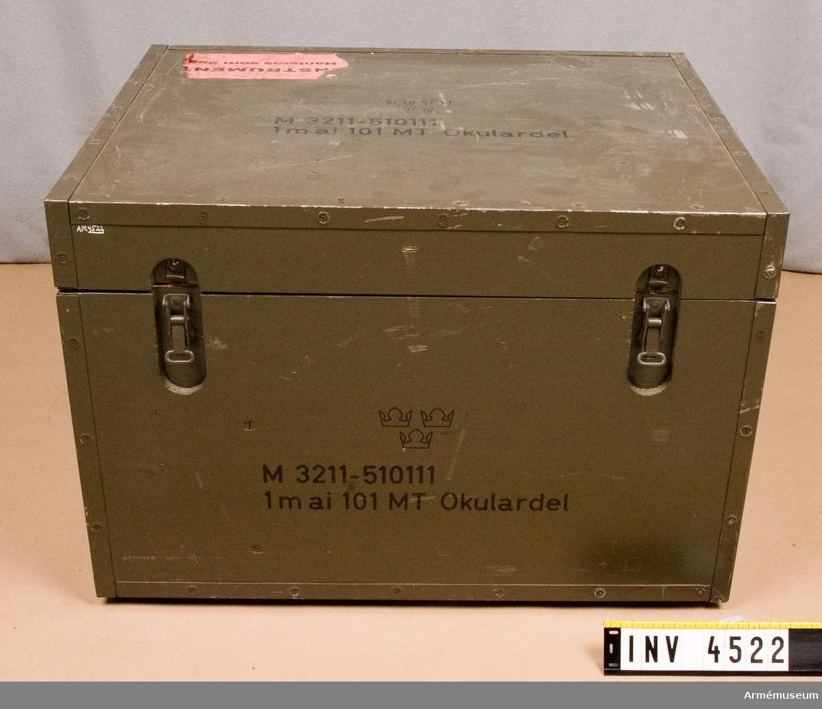 Samhörande nr är 4520-4522.Transportlåda.Till 1 m avståndsinstrument 101 (M 3211-510111), okulardel och bärarm. Består av: 1 transportlåda, 4 solskydd, 2 ögonmusslor, 1 nyckel f torkpatron, 4 glödlampor, 1 kabel, 1 putsduk, 1 pensel, 10 påsar m torkmedel, 2 torkpatroner.