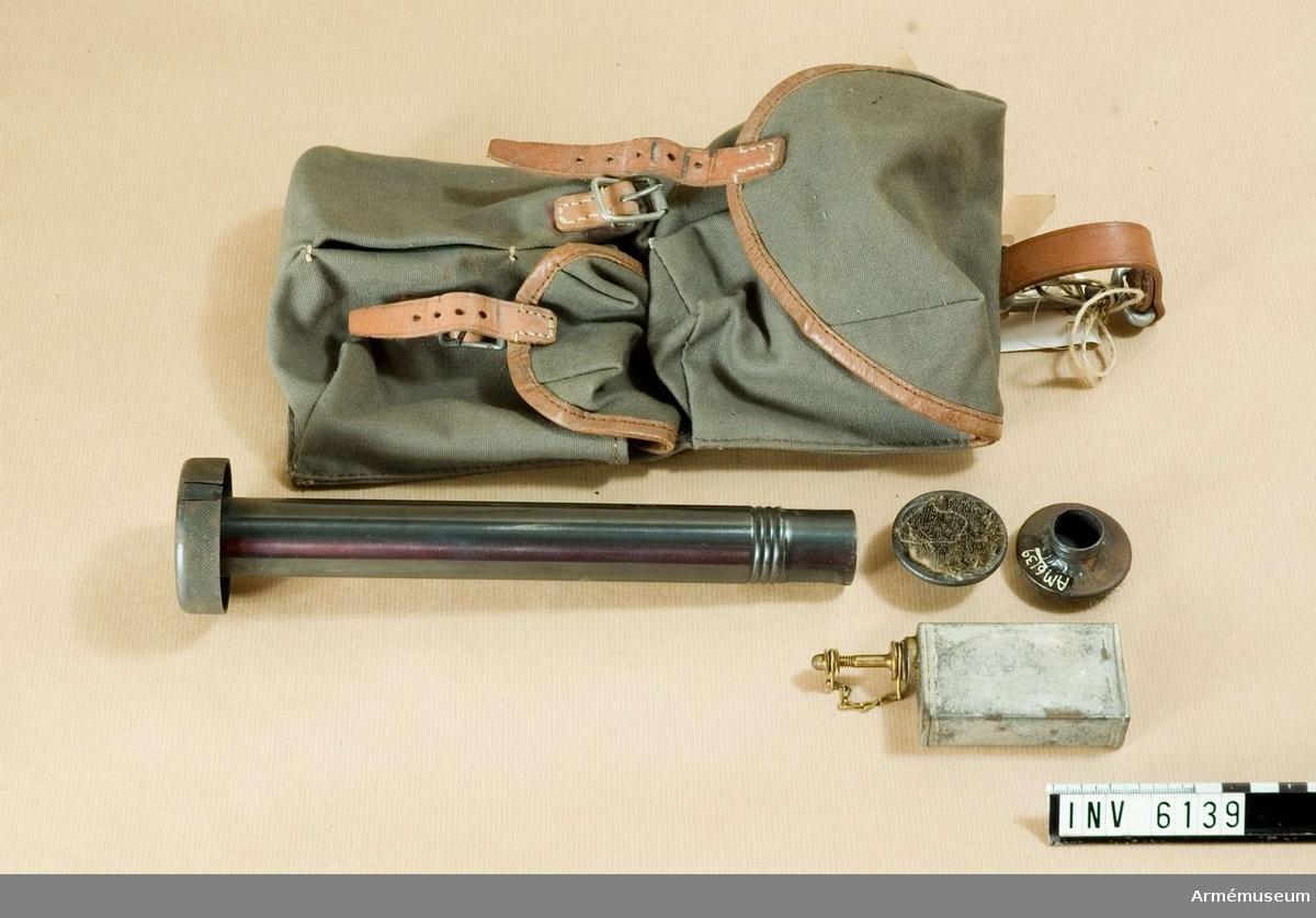 Består av: 1 fodral av väv, 1 viskarstång, 1 stötbottenkrats, 1 oljekanna m/1921.