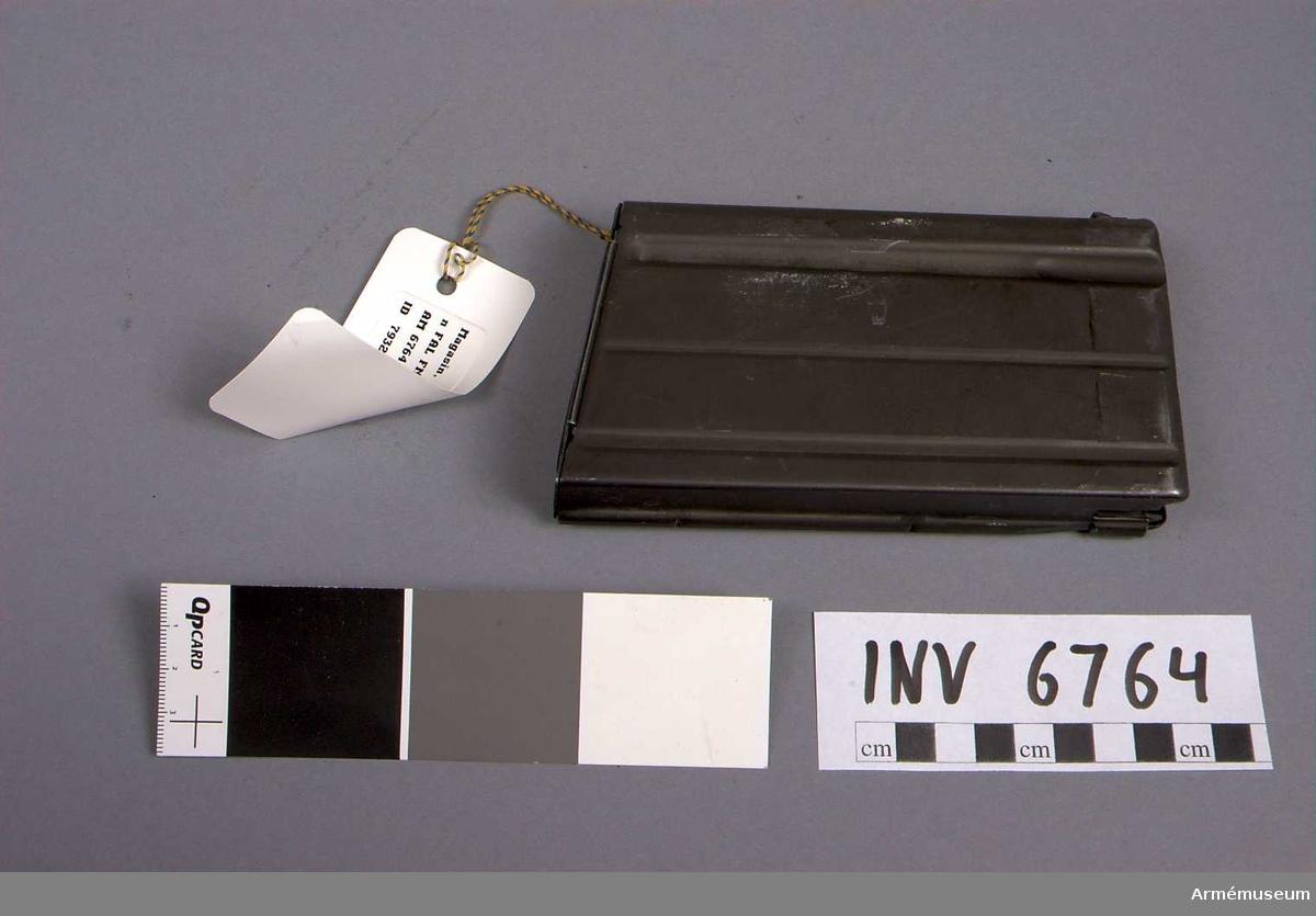 Samhörande nr är AM 6763 - 6765.Magasin, stång t automatkarbin FAL FN. 20 sk.Stångmagasin 20-skotts till automatkarbin, försöksmodell, Fal, konstruktör FN, LIAI, fm/1961 FN. Märkt 12c.Samhörande AM 6763 automatkarbin, AM 6764 stångmagasin och AM 6765 gevärsrem av läder.