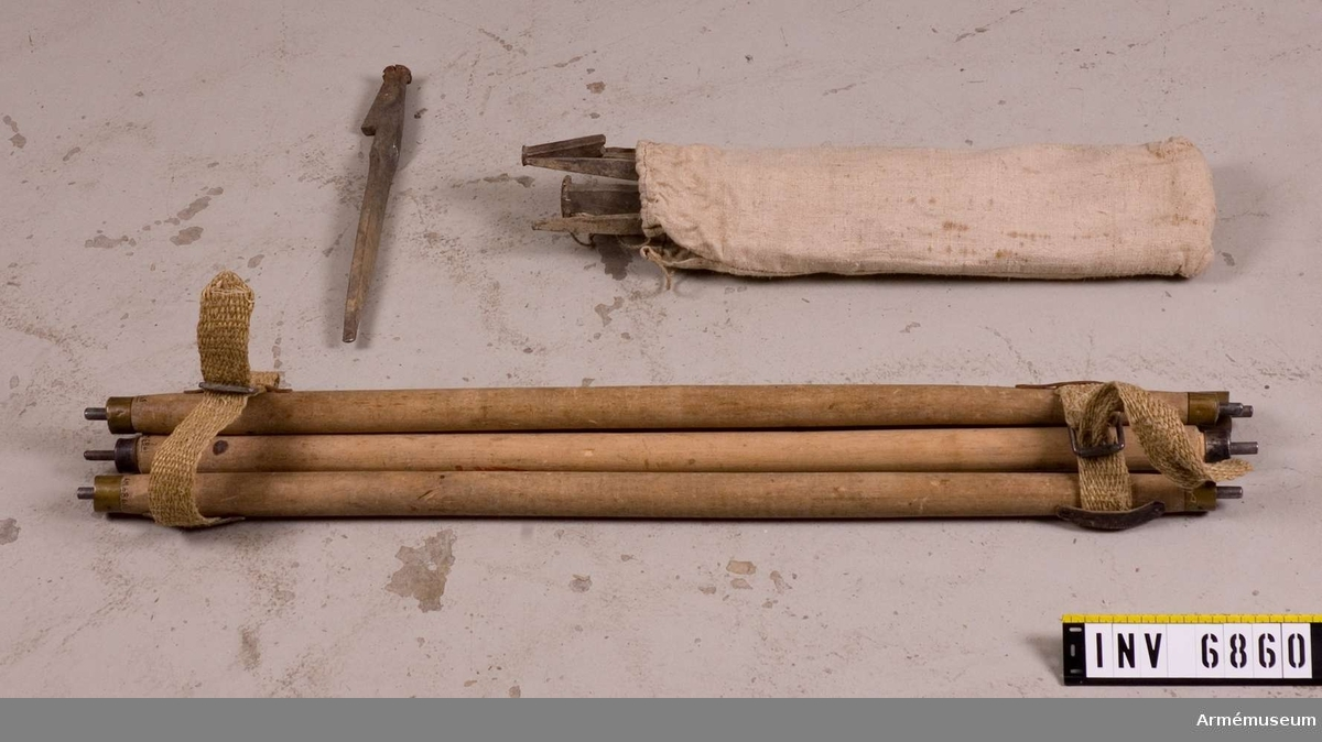 Mått 400 mm långa. Förutom de 13 tältpinnarna finns en hammare med i denna linnepåse. Hammaren är också av järn. Tältpinnarna  är något rostiga. Linnepåsen är nysydd.  Samhörande nummer AM.6858 - 6863