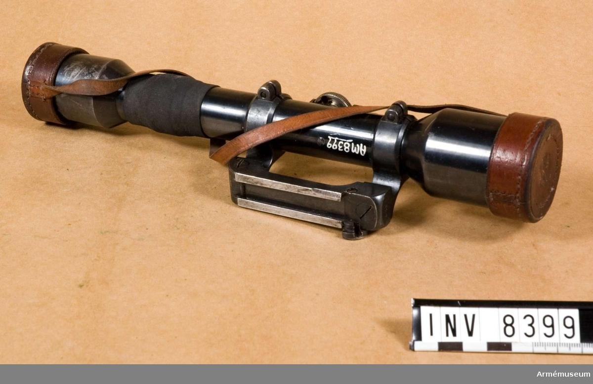 Samhörande nr är 8399-8900.Kikarsikte m/1941 t gevär m/1896. Ajack.Kikarsikte m/1941 till gevär m/1896 system Mauser.Tillverkningsnr 2590/1942. Märkt Ajack 4 x 90. Hållare för kikarsikte försök, tillverkare Kungl Armétygförvaltningen. Tillverkningsnr 1827.Bestående av: 1 st kikarsikte med hållare, 1 st linsskydd av läder. Kikarsikte passar till gevär m/1896, AM 6947.Samhörande: AM 8399 kikarsikte med hållare, AM 8900 kikarfodral av järnplåt.